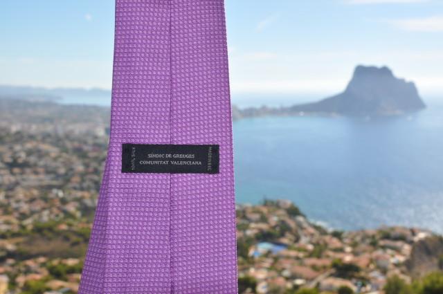 Detall de la corbata morada, regal del Síndic de Gruges, José Cholbi.